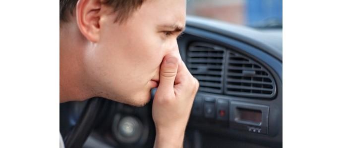 Jak pozbyć się nieprzyjemnego zapachu w samochodzie?